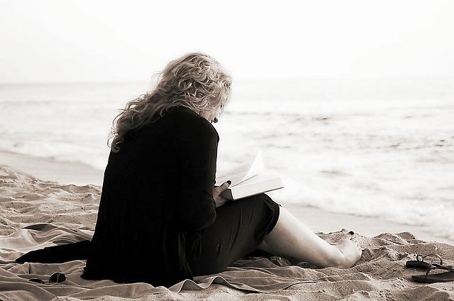 Sentada leyendo