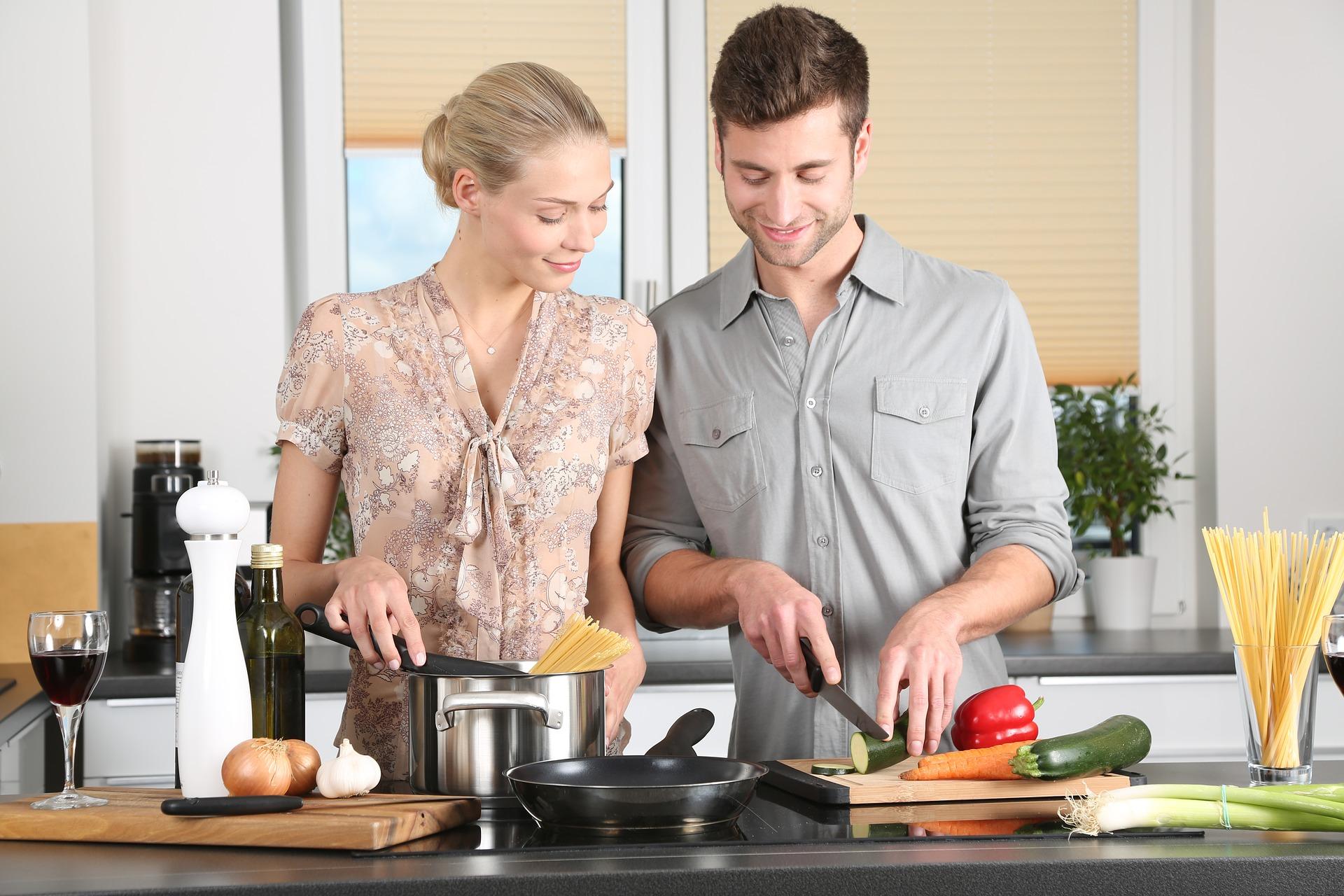 Personas cocinando con consciencia