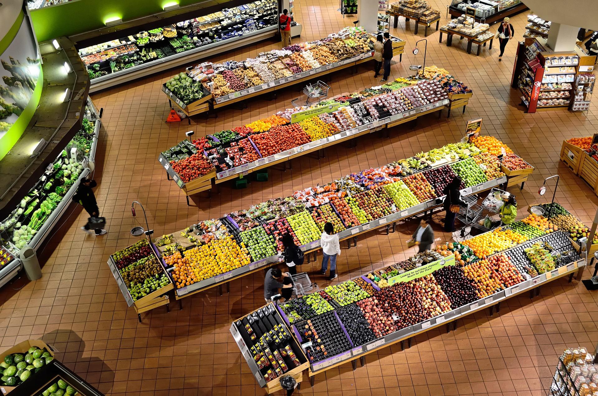 Personas haciendo la compra
