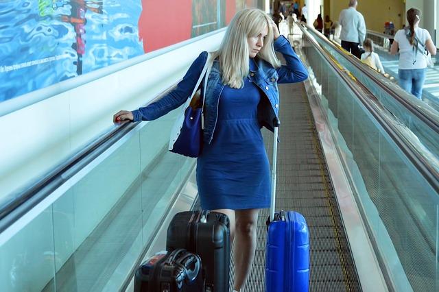 Mujer con ansiedad viajando