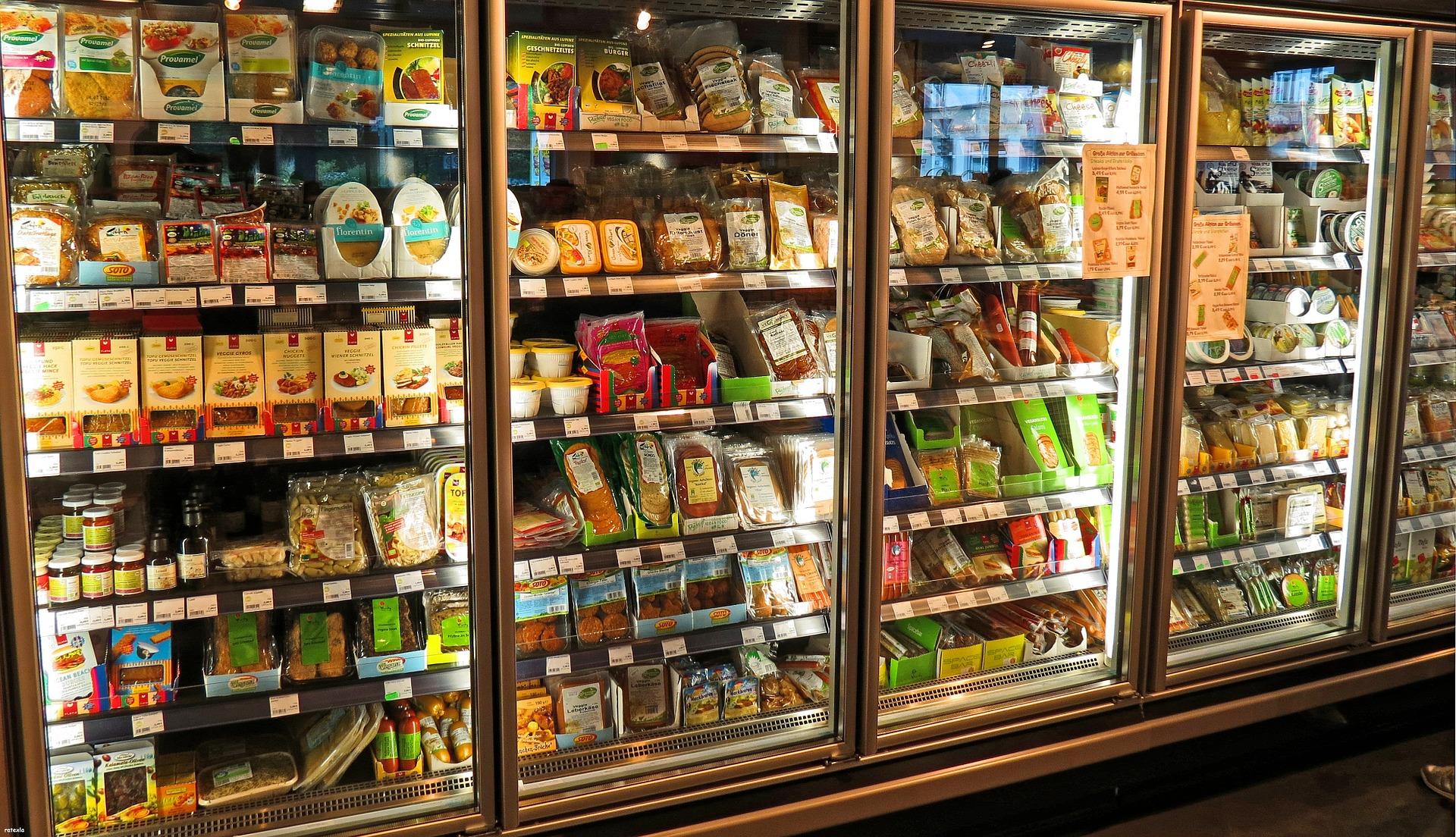 Zona de comida procesada en supermercado