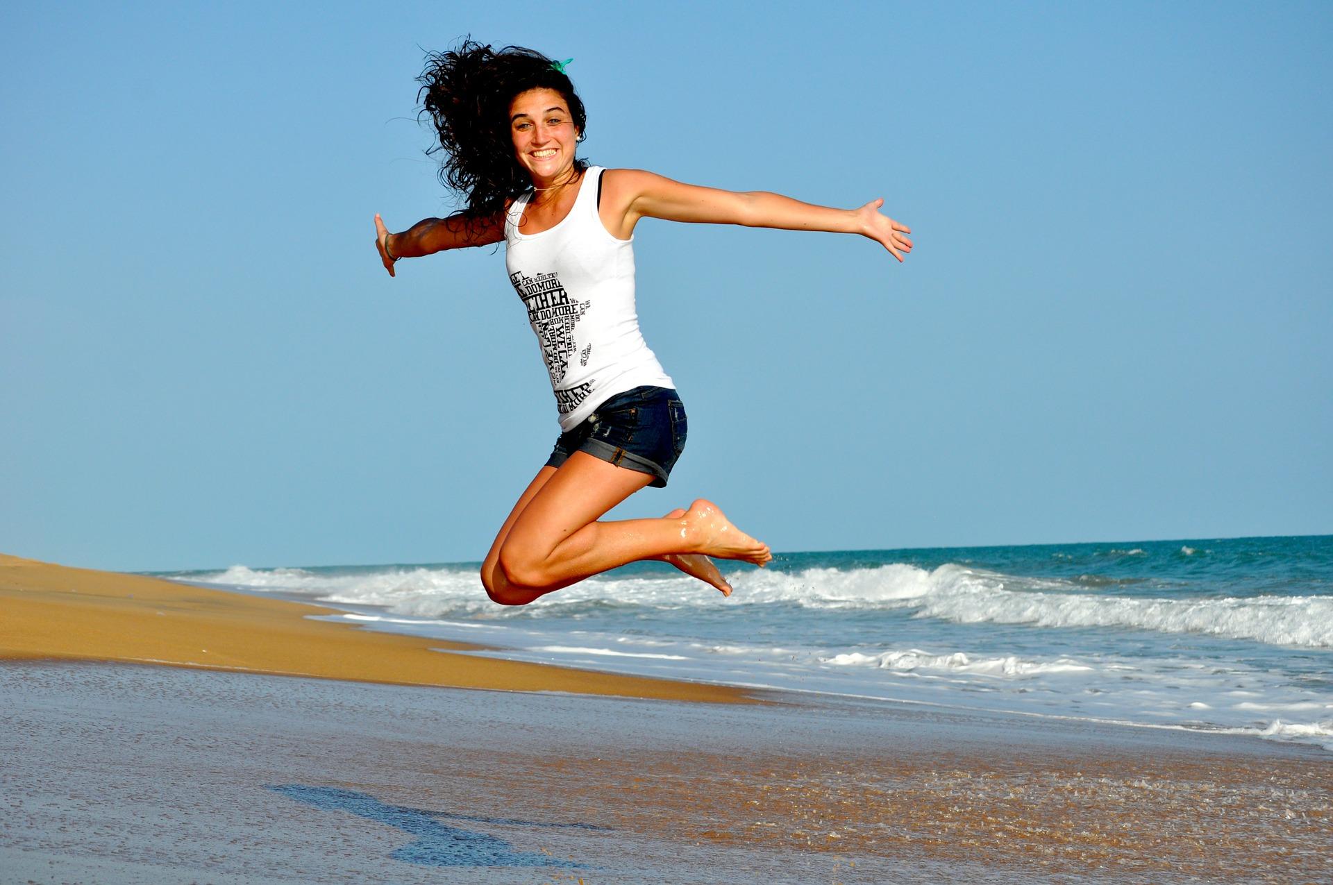 Mujer saltando gestionar la autoestima
