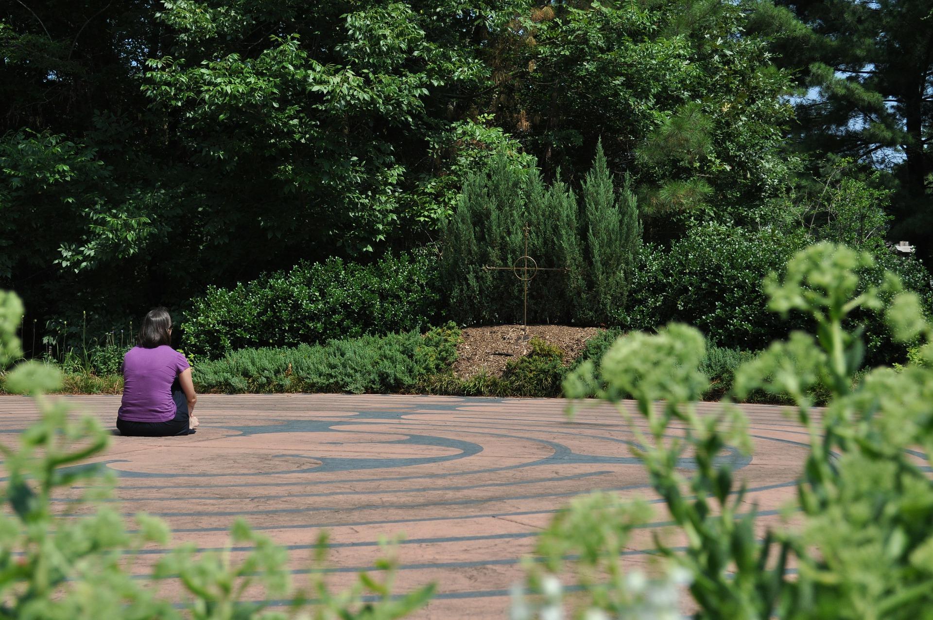 Persona meditando en laberinto de emociones
