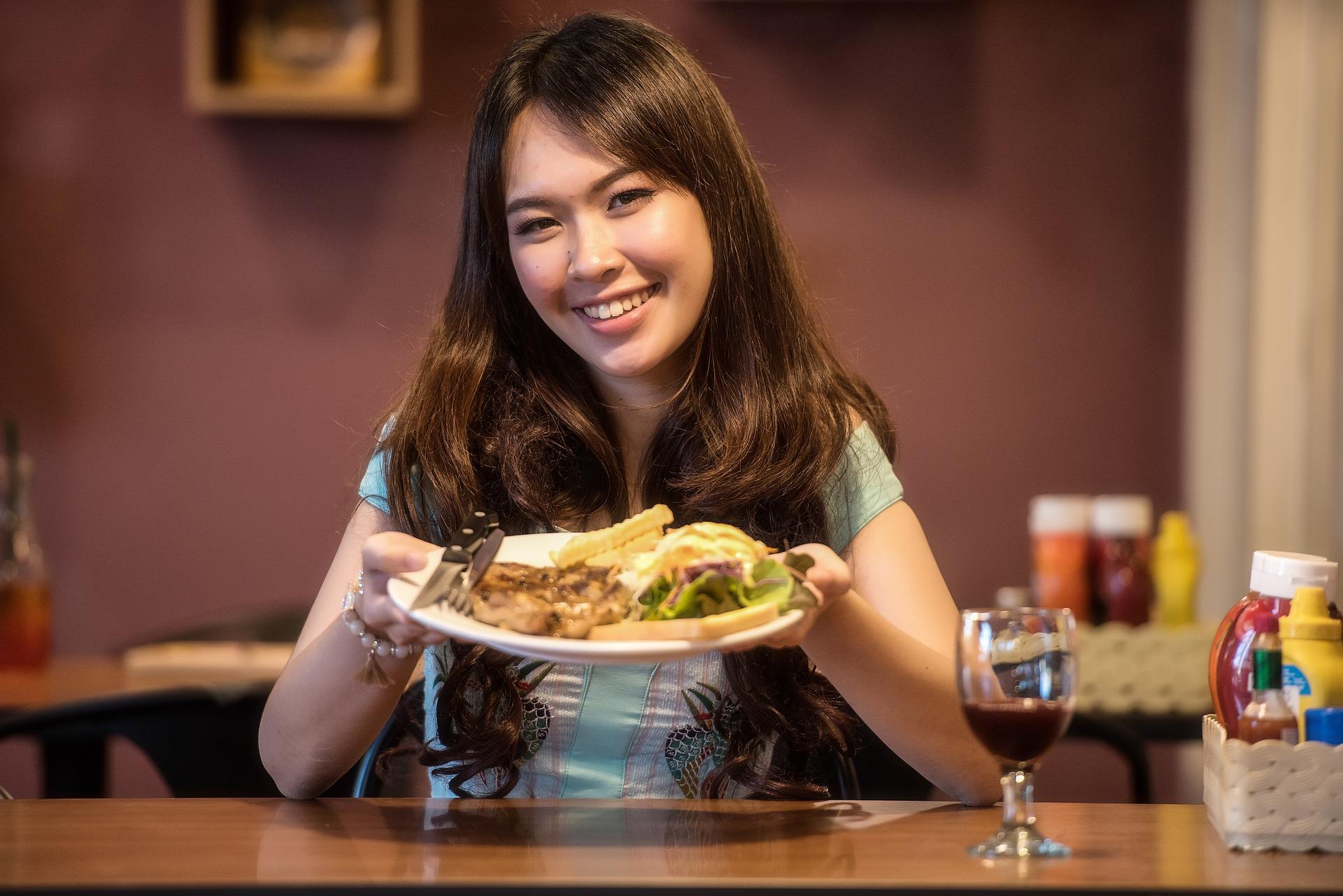 Mujer elige conscientemente sus alimentos