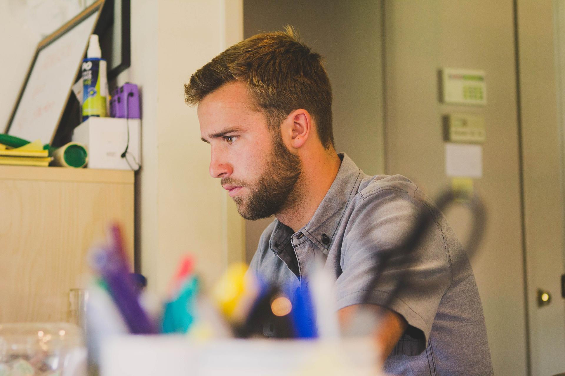 Persona trabajando concentrada