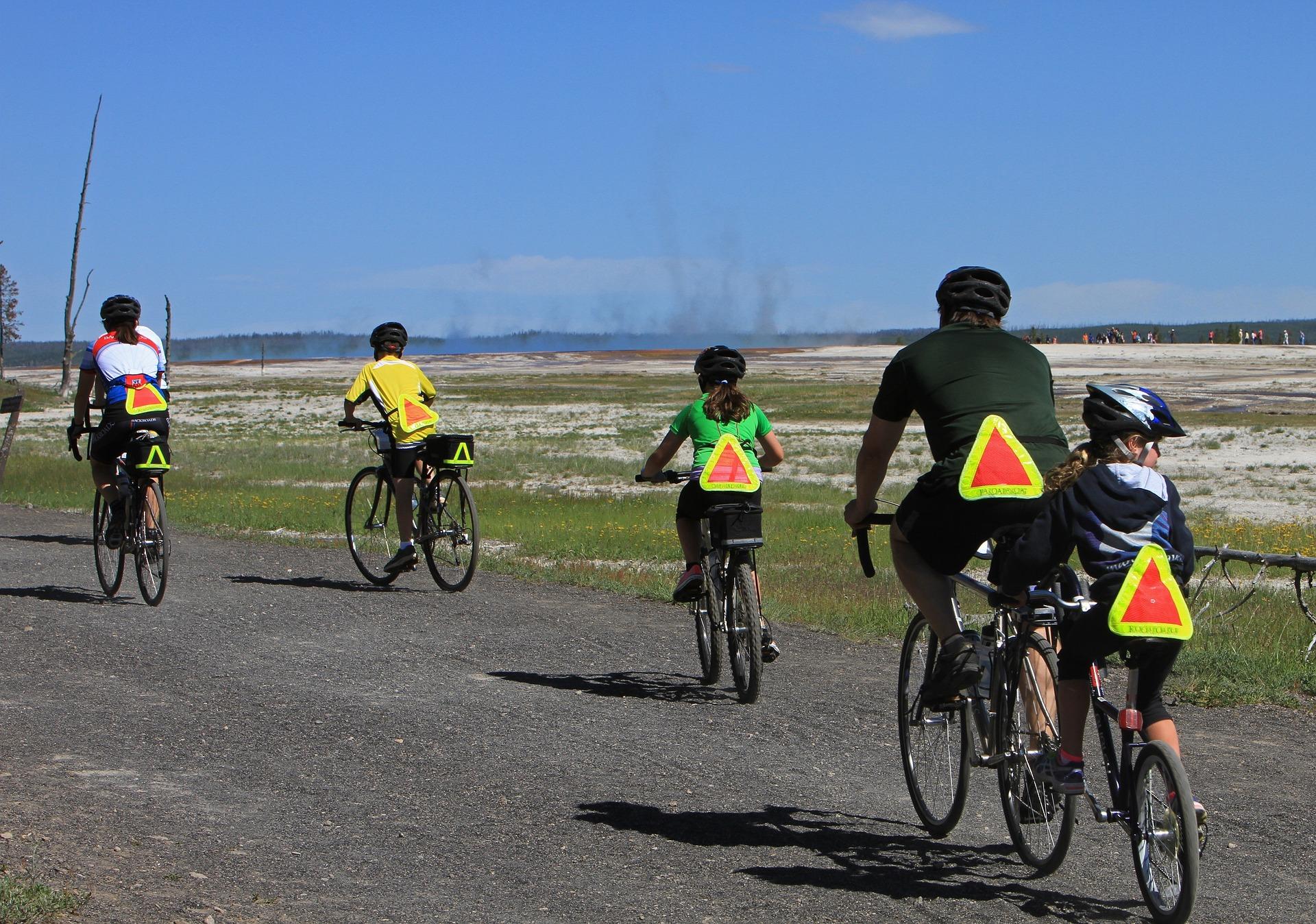 Familia practicando ciclismo de forma segura