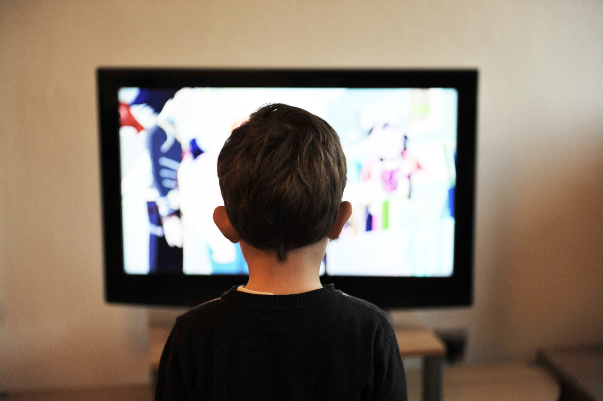 Niño frente al televisor