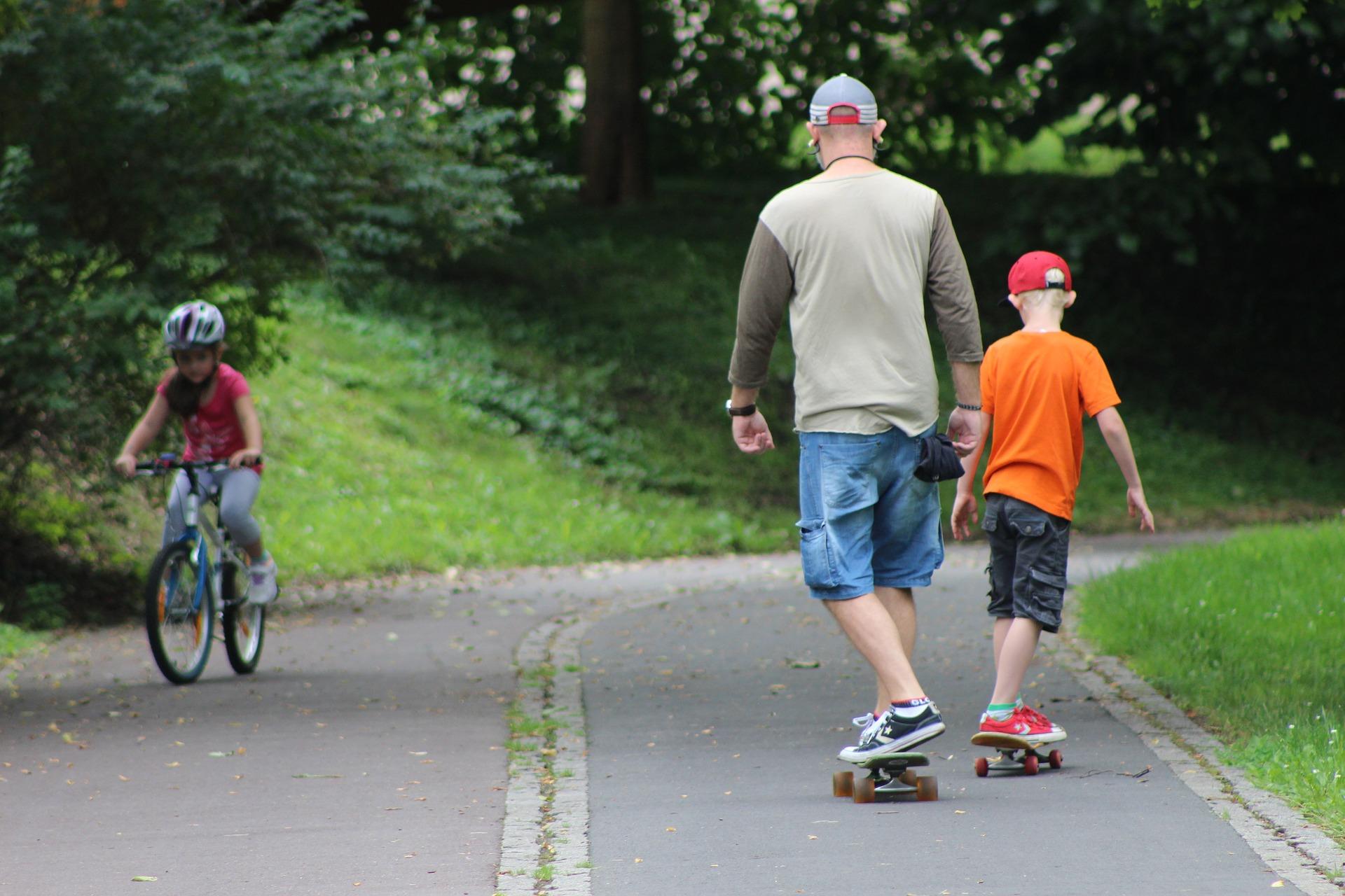 Padre e hijo realizando skate