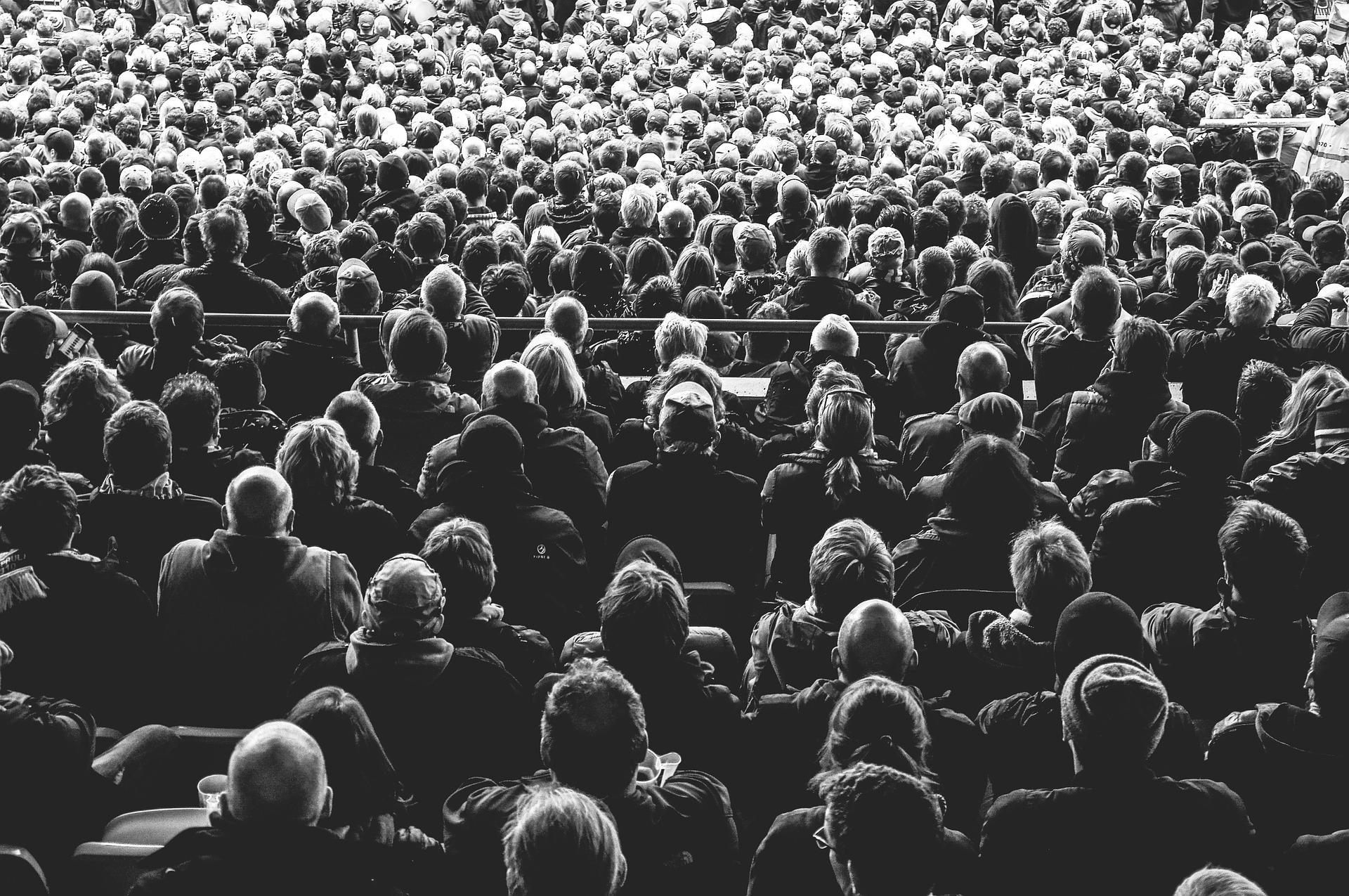 Personas en evento de meditación colectiva