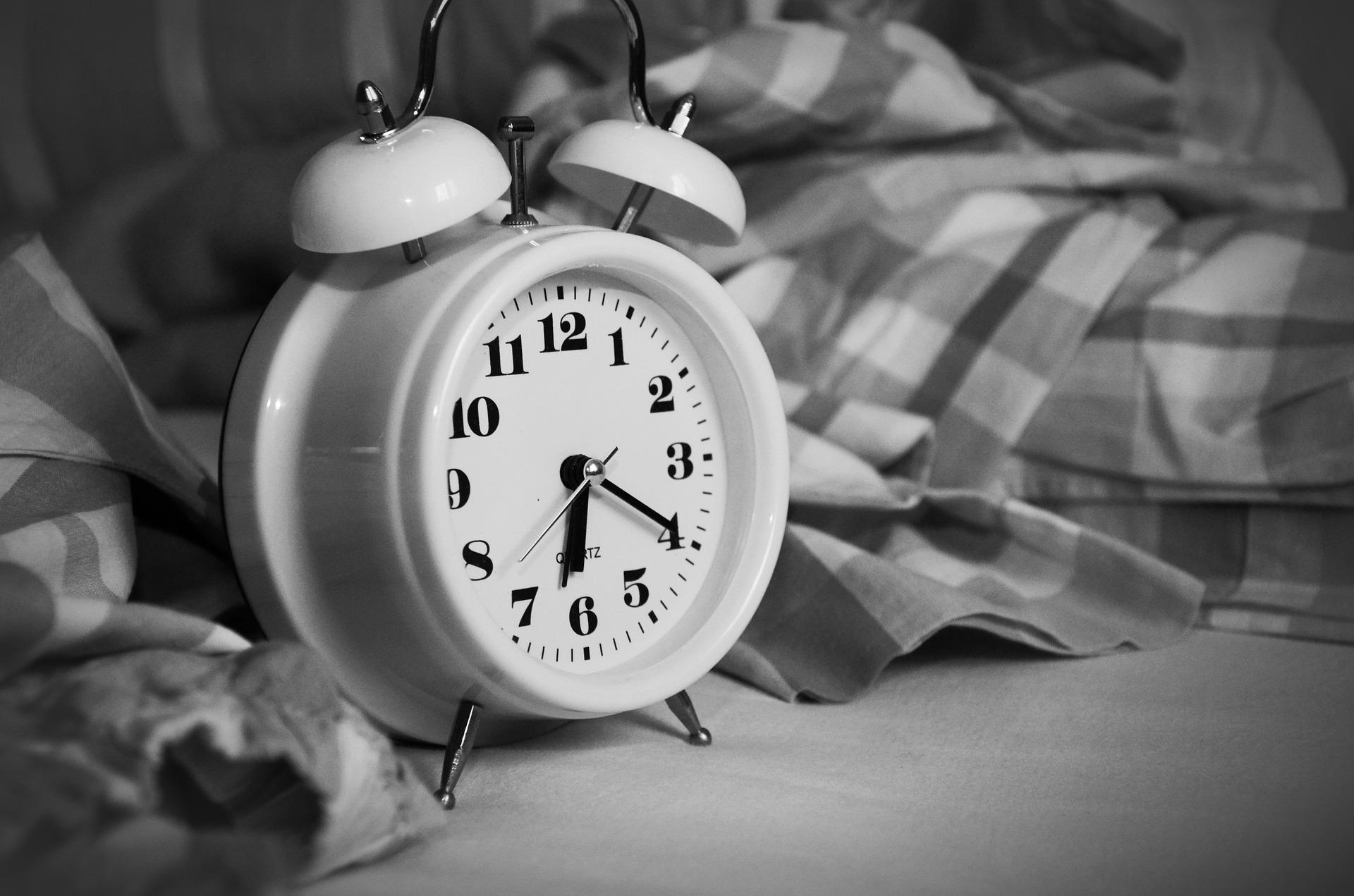 Mirar el reloj por la noche no ayuda a volver a conciliar el sueño