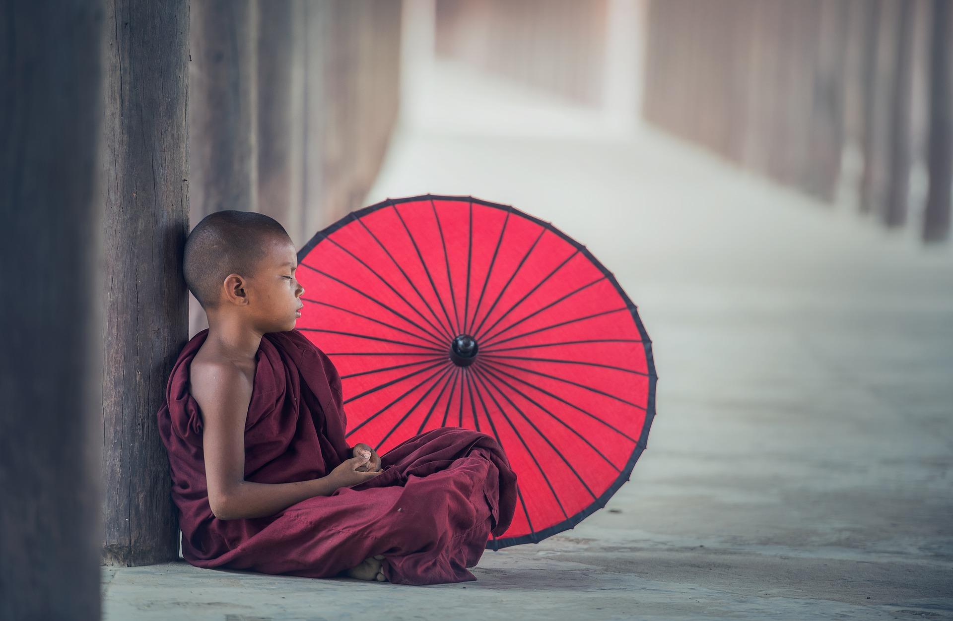 Niños meditando