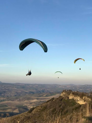 Paragliders students soaring