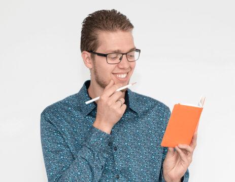 Wouter kijkt in zijn boekje