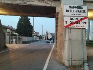 Camion semidistrutto dopo essere passato sotto un ponte