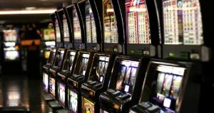 Entro lunedì dovranno essere disattivate e rimosse gran parte delle slot machine: in caso contrario multe salate e sigilli al locale