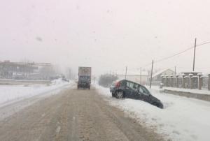Neve e 'gelicidio' stanno mettendo sotto scacco la viabilità