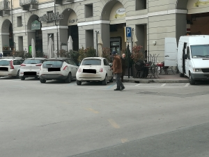 Uomo dà in escandescenze in piazza Galimberti