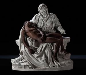 La Pietà con un migrante al posto del Cristo