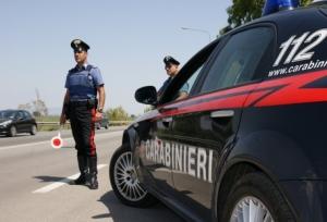 Danneggia un'automobile e aggredisce i Carabinieri: denunciato