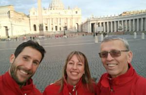 Teresio Delfino indica la strada per la Croce Rossa buschese
