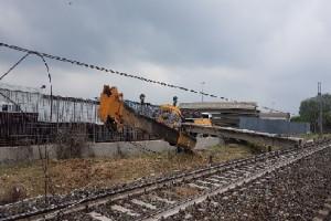 Trinità: gru urta treno che esce fuori dai binari