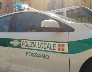 Urinava su un muro a Fossano: 3 mila euro di multa