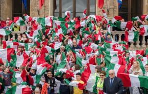 Bra tricolore: bandiera italiana a 300 studenti delle elementari