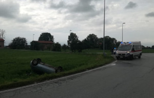 Incidente nel comune di Cuneo: auto si ribalta sulla Bovesana