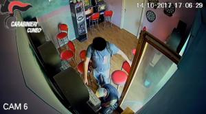 Rubavano denaro dalle slot machine: arrestati tre romeni (IL VIDEO)