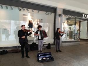 Un trio di giovani musicisti allieta le 'vasche' dei cuneesi