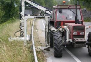 Prosegue lo sfalcio erba lungo i bordi delle strade provinciali
