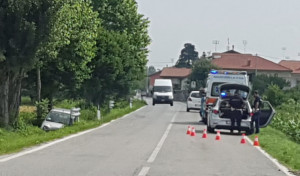 Auto finisce in un canale a Roata Rossi