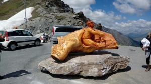 Inaugurata la statua dedicata a Michele Scarponi sul colle dell'Agnello