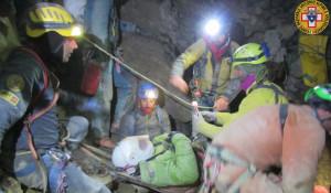 Grotta della Mottera: la barella con il ferito è in prossimità dell'esterno