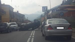 Incidente a Borgo San Dalmazzo, auto ribaltata in corso Nizza