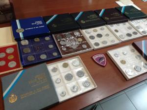 Monete da collezione ritrovate in un cassonetto