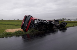 Un camion si è ribaltato appena fuori dall'abitato di Busca