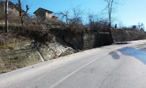 Lavori di consolidamento sulla strada provinciale a Monforte d'Alba, in località Panirole