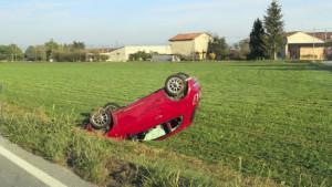 Incidente tra Magliano Alpi e Carrù: un'auto ribaltata in un campo