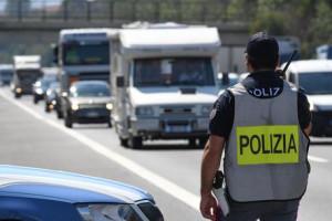 Non si ferma all'alt della Polizia Stradale, in auto ha otto clandestini: arrestato