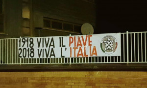 CasaPound appende uno striscione in ricordo della Grande Guerra nella ex via Piave