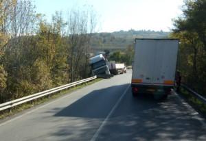 Camion si ribalta nel braidese