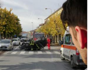 Auto cappottata in centro Carrù