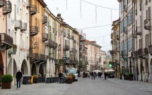 Mascherato e armato di coltello rapina una farmacia di via Roma in pieno giorno