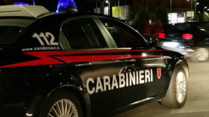 Tenta di uccidere la madre, poi si scaglia contro i Carabinieri