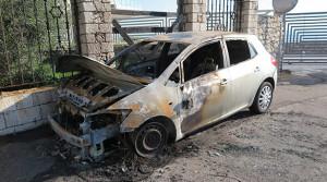 Cadavere rinvenuto all'interno di un'auto bruciata: indagano i Carabinieri