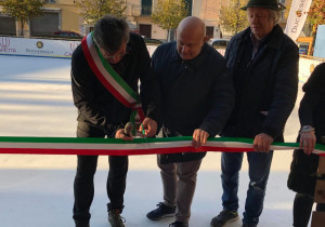 Santo Stefano Belbo, aperta la pista di pattinaggio su ghiaccio in piazza Umberto I