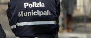 Ubriaca, urta con il camper due auto in sosta e fugge: fermata dalla Polizia Municipale