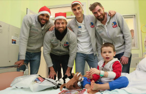 Gli atleti del Cuneo Volley in visita dai piccoli pazienti del reparto di Pediatria del Santa Croce