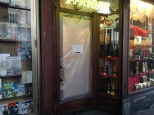 Uomo semina il caos in centro Cuneo prendendo a calci porte e vetrine